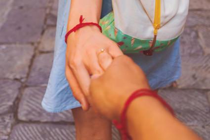 f1d95d2ea2ab Compartir una pulsera de hilo se ha convertido en una práctica muy popular  para demostrar unión con nuestros seres más allegados.